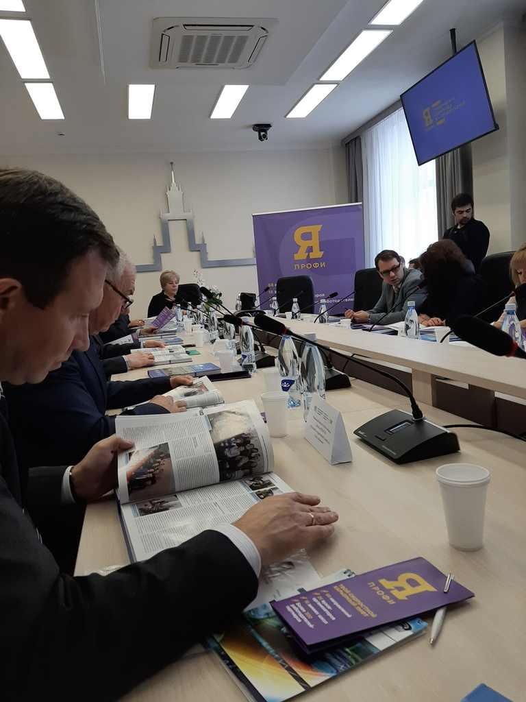 """Сотрудники и преподаватели ЮУИУиЭ на встрече по проекту """"Я - профессионал"""""""